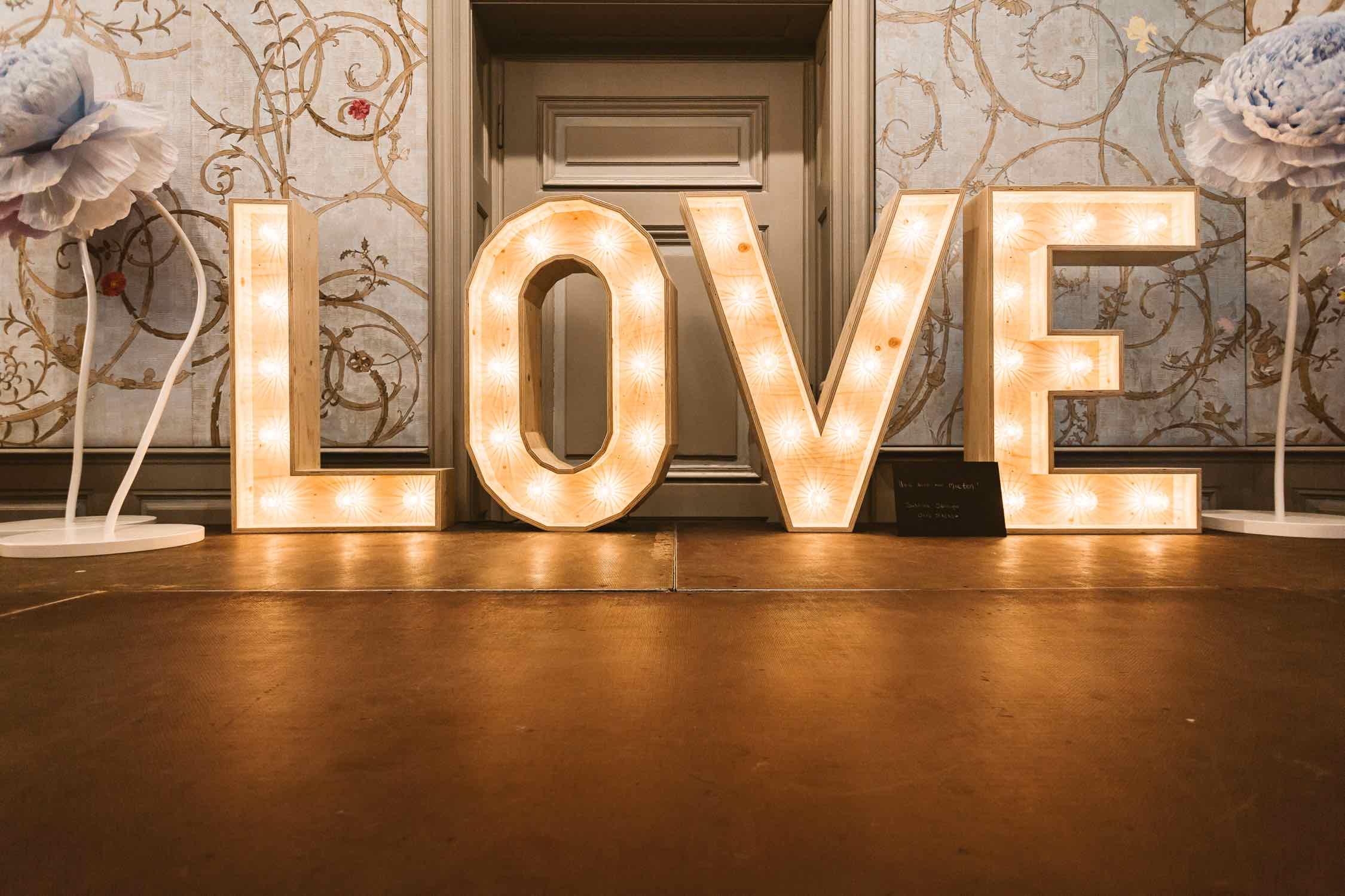Hochzeitstrend 2019, Hochzeitsplaner, Dekoverleih NRW, Leuchtbuchstaben, Marqueelights, Love, Lichtbuchstaben